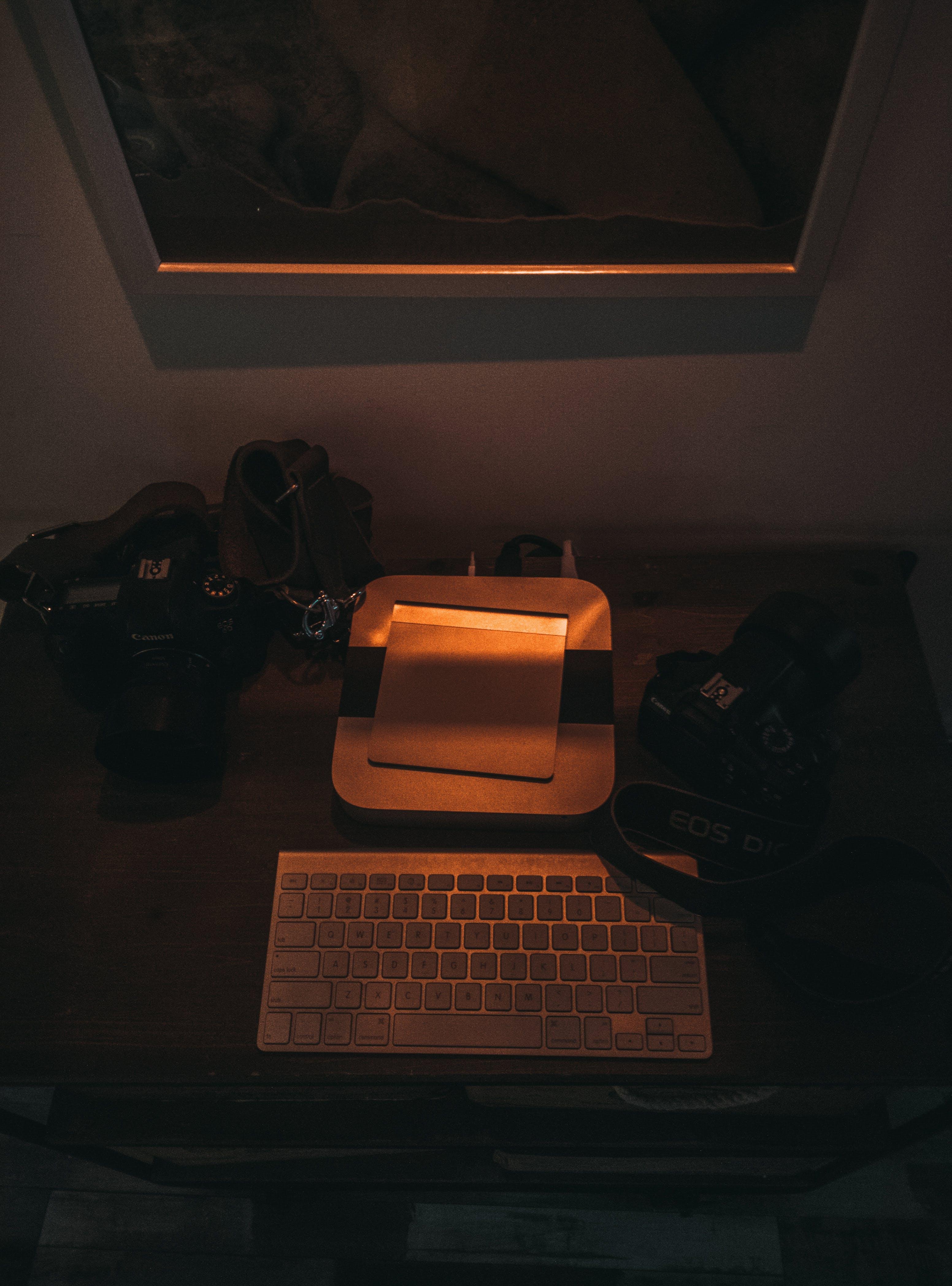 Δωρεάν στοκ φωτογραφιών με γραφείο, κάμερα, κίτρινη, σκοτάδι