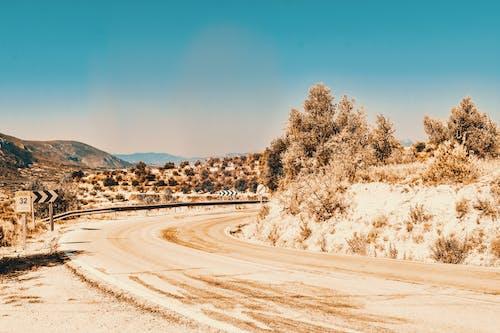 Darmowe zdjęcie z galerii z czyste niebo, droga, piasek, pustynia
