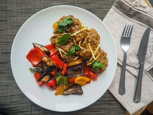 akşam yemeği, çatal bıçak takımı, et, Gıda içeren Ücretsiz stok fotoğraf