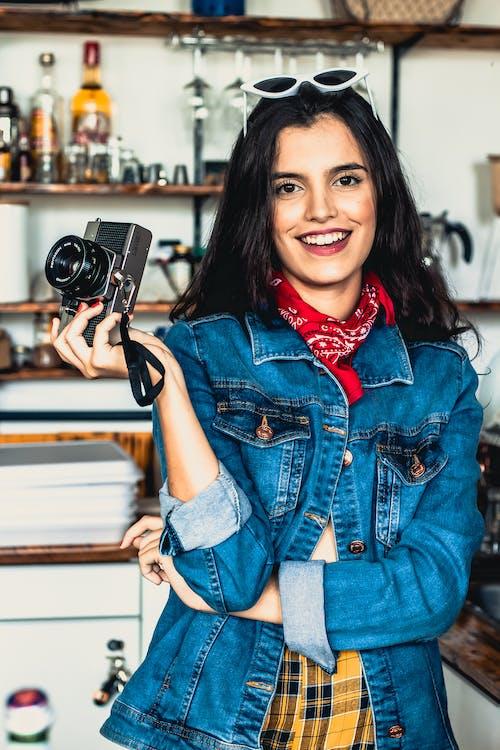 갈색 머리, 겉옷, 모델, 미소의 무료 스톡 사진