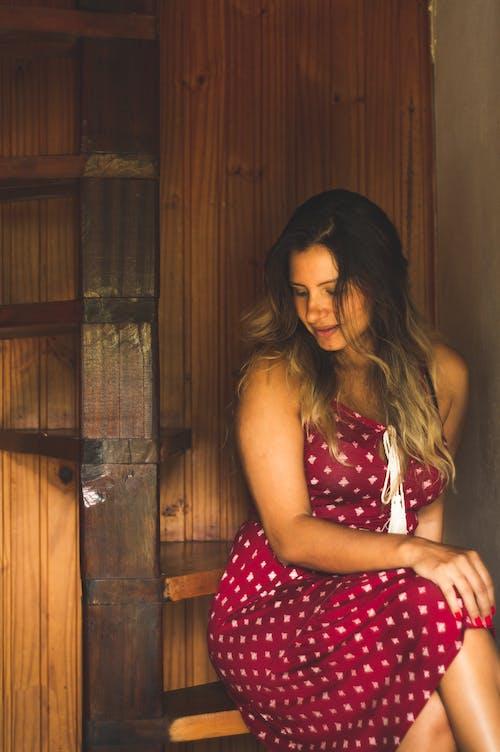 Бесплатное стоковое фото с в помещении, винтовая лестница, выражение лица, деревянная лестница