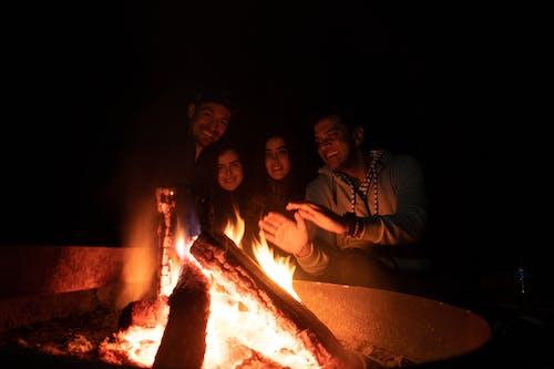 Бесплатное стоковое фото с кемпинг, костер, ночь, огонь