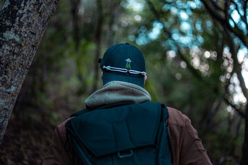 Gratis arkivbilde med backpacker, bruke, caps, dagslys