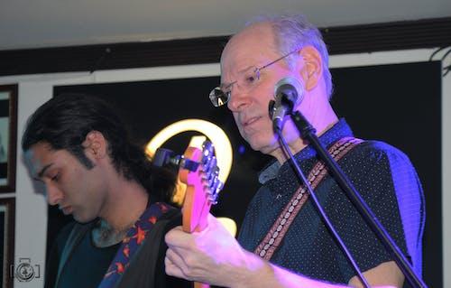 Základová fotografie zdarma na téma ameri, e-kytara, koncert, starý muž