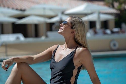 Безкоштовне стокове фото на тему «блондинка, жінка, копаний басейн, персона»