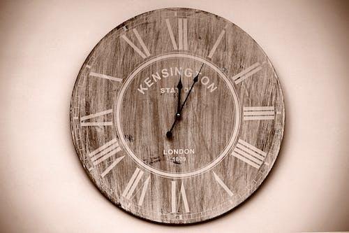 Kostnadsfri bild av sepia, tid, trä, väggklocka