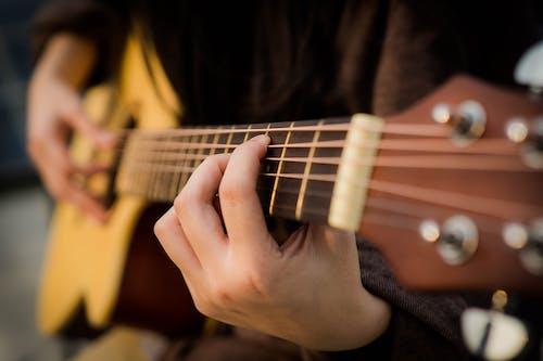 Fotobanka sbezplatnými fotkami na tému akustická gitara, gitara, gitarista, hudobný nástroj