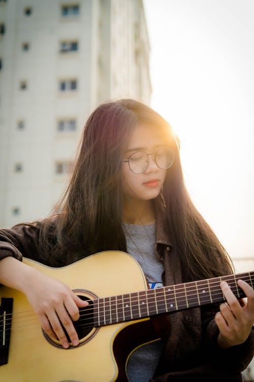 Fotobanka sbezplatnými fotkami na tému Ážijčanka, gitara, gitarista, hudba