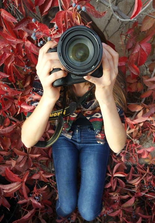 Darmowe zdjęcie z galerii z aparat, dziewczyna, dżinsy, fotografia