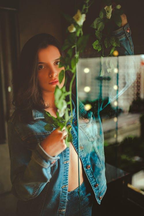 Бесплатное стоковое фото с в помещении, джинсовая куртка, женщина, красивая