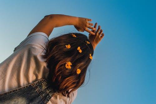 低角度攝影, 咖啡色頭髮的女人, 天空, 女孩 的 免費圖庫相片