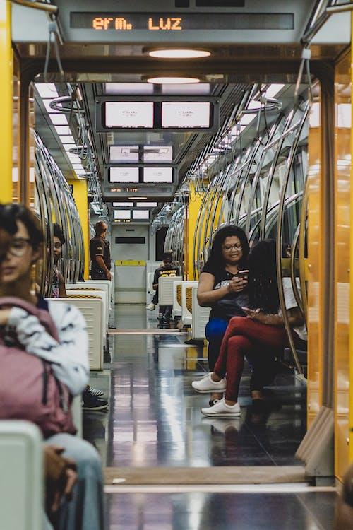 Kostnadsfri bild av kollektivtrafik, lampor, lokomotiv, människor