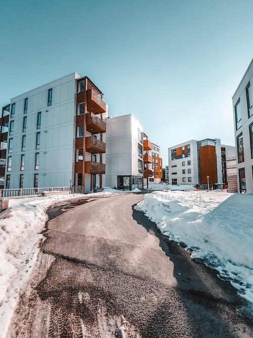 binalar, kar, Kent, kış içeren Ücretsiz stok fotoğraf