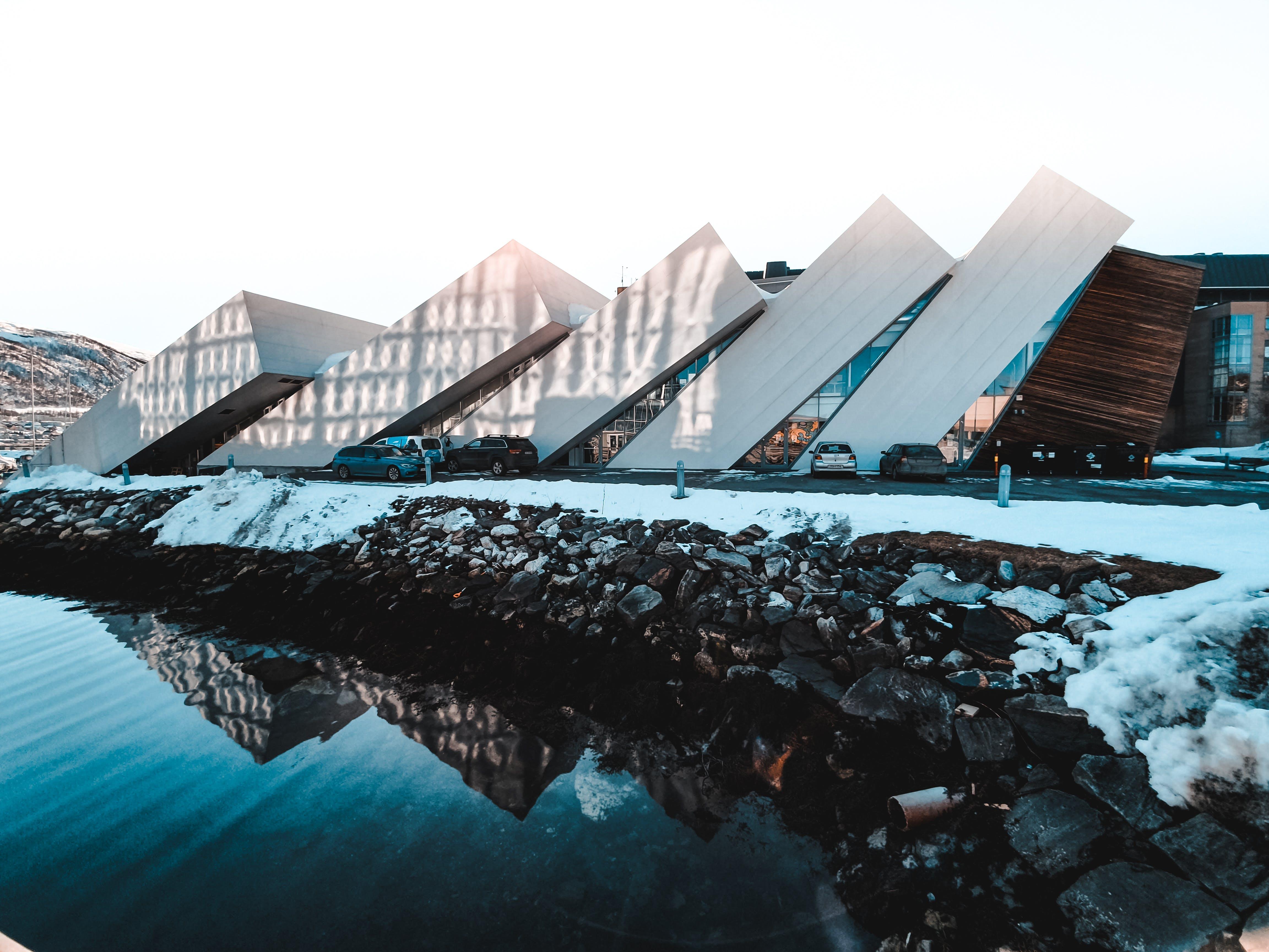 Бесплатное стоковое фото с архитектура, здание, отражение, снег