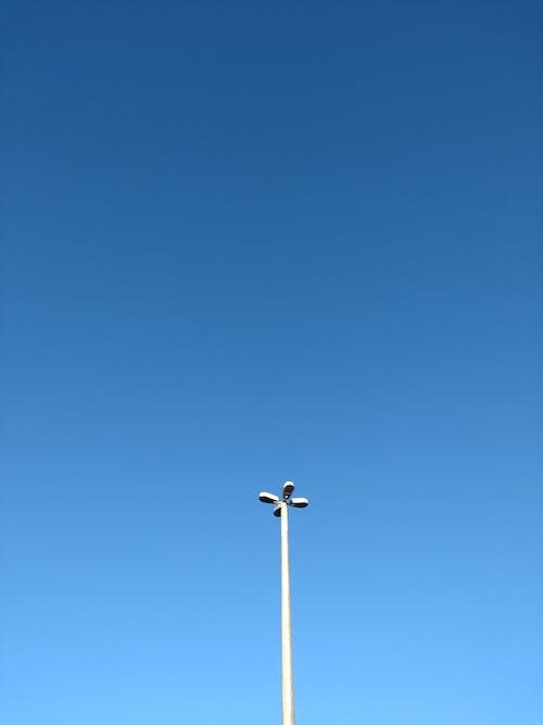 가로등 기둥, 가벼운, 로우앵글 샷, 맑은 하늘의 무료 스톡 사진