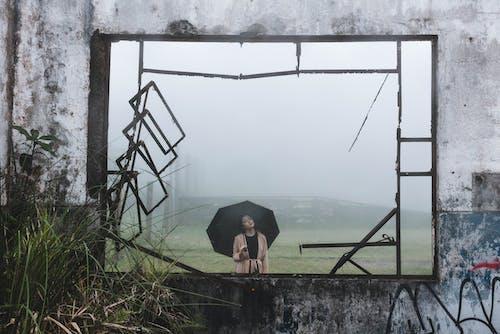 Бесплатное стоковое фото с бетонная стена, держать, дымка, женщина