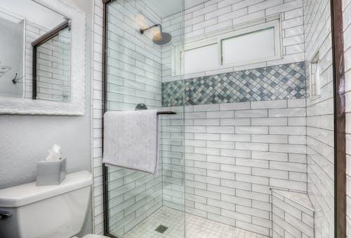 Gratis stockfoto met badkamer, douche, spiegel, tegels