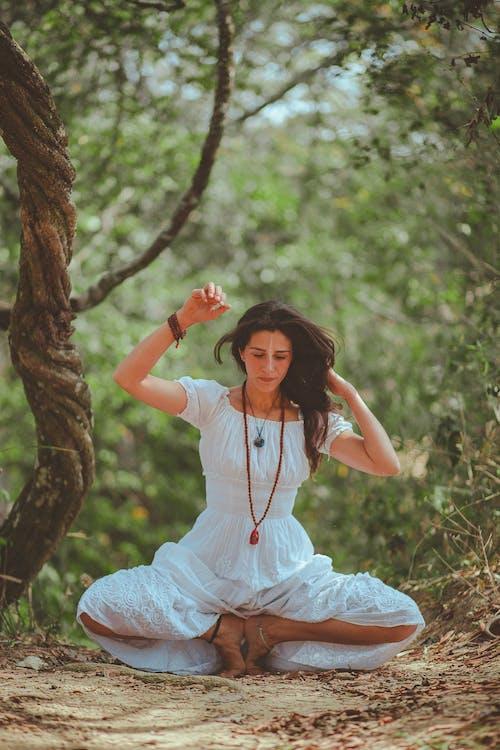 Immagine gratuita di a piedi nudi, albero, bokeh, capelli
