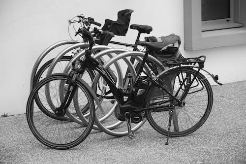 Foto d'estoc gratuïta de bicicletes, blanc i negre, mur, paviment