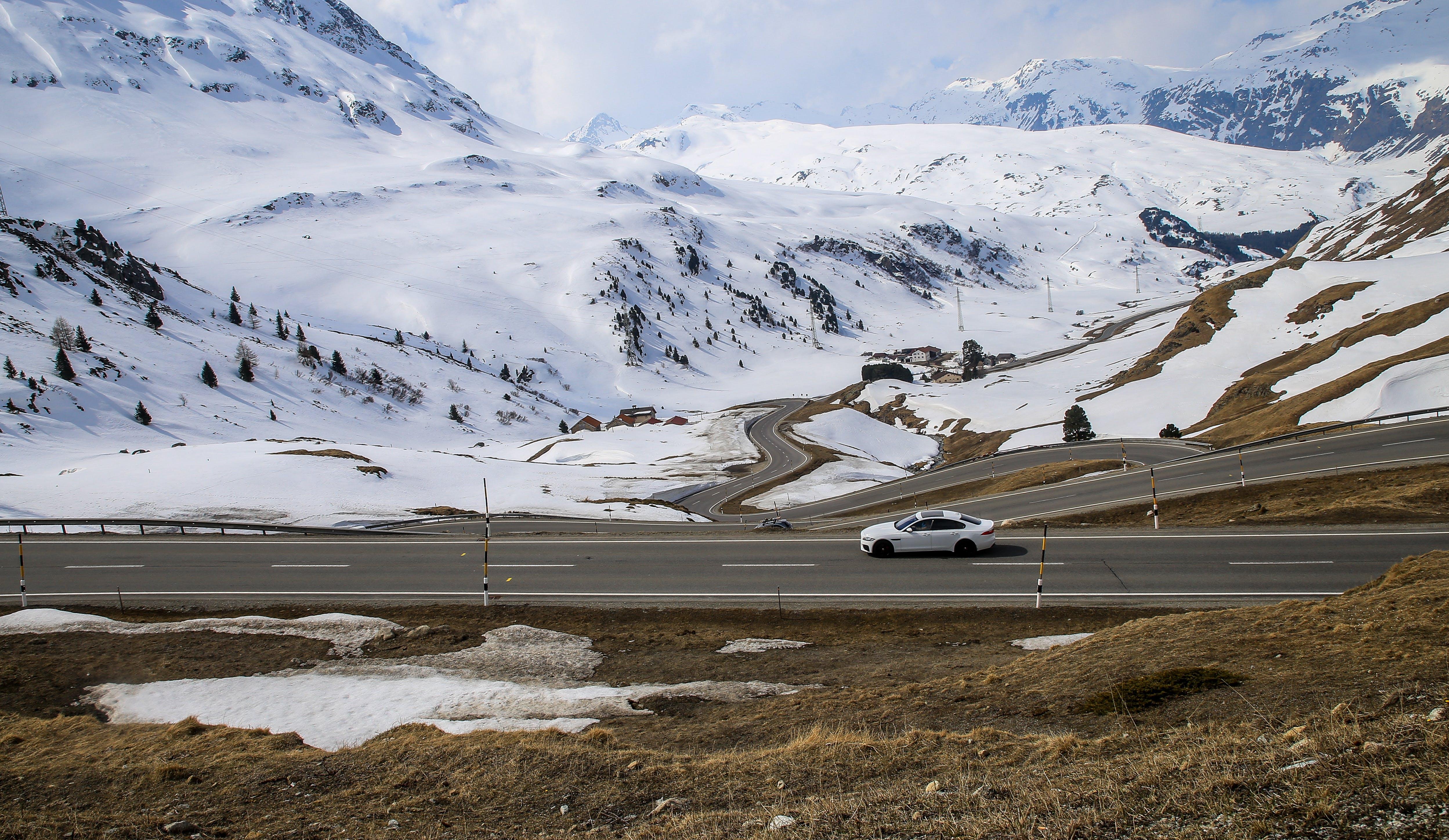 คลังภาพถ่ายฟรี ของ ขาว, ถนน, ถนนภูเขา, ผ่านไป