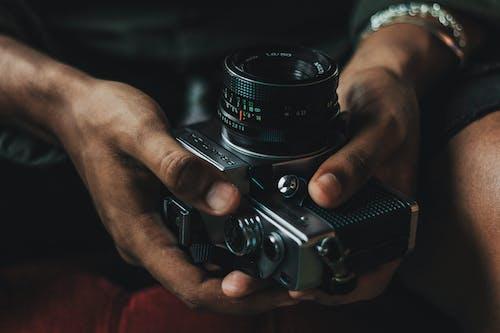 Základová fotografie zdarma na téma fotoaparát, fotograf, muž, ruce