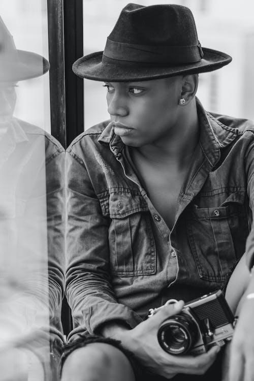 Ilmainen kuvapankkikuva tunnisteilla asento, asu, fedora, hattu