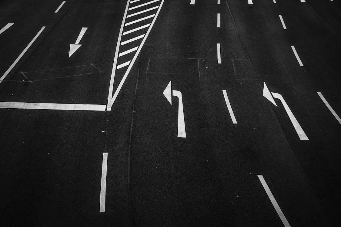 asfalt, retningsskilt, svart-hvitt