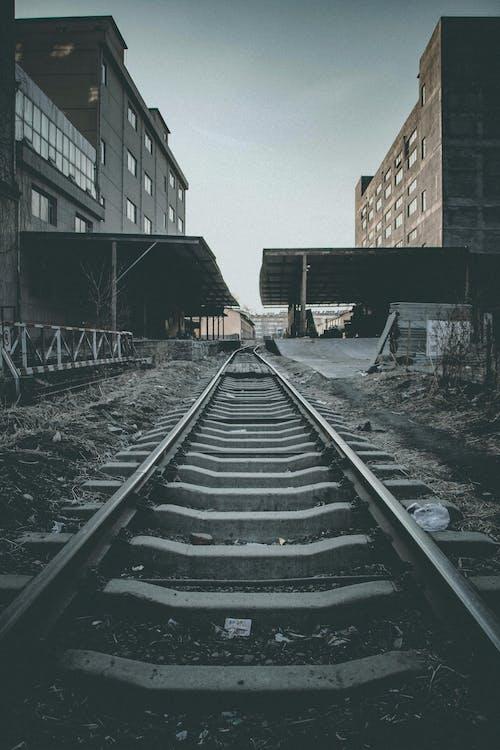 建築, 火車鐵軌, 鐵路線, 鐵路軌道 的 免費圖庫相片