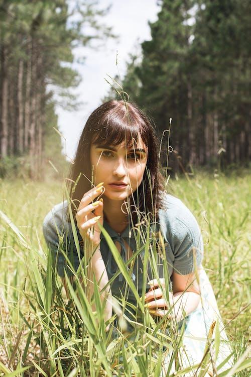 alan, çim, dişi, güzel içeren Ücretsiz stok fotoğraf