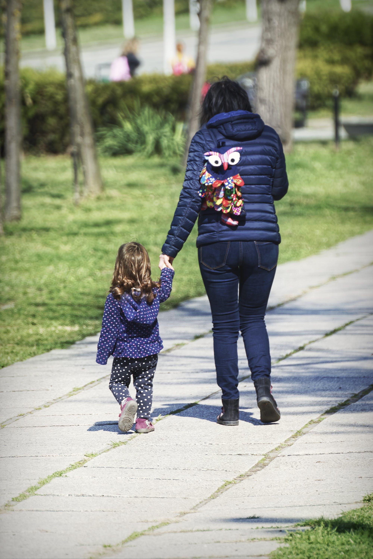 Foto d'estoc gratuïta de arbres, caminant, filla, gent