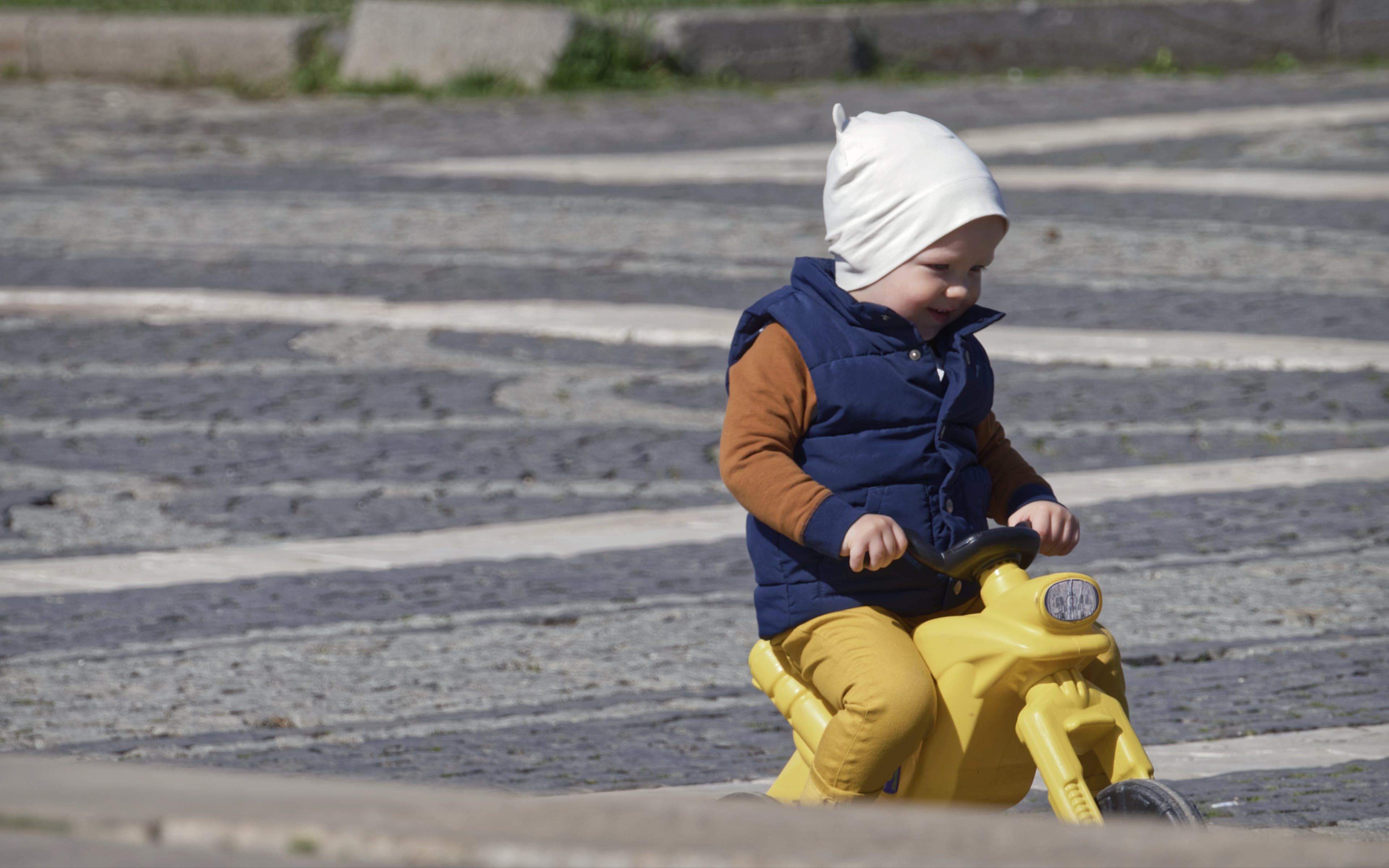 Foto d'estoc gratuïta de bebè, caminant, emocinant, escales