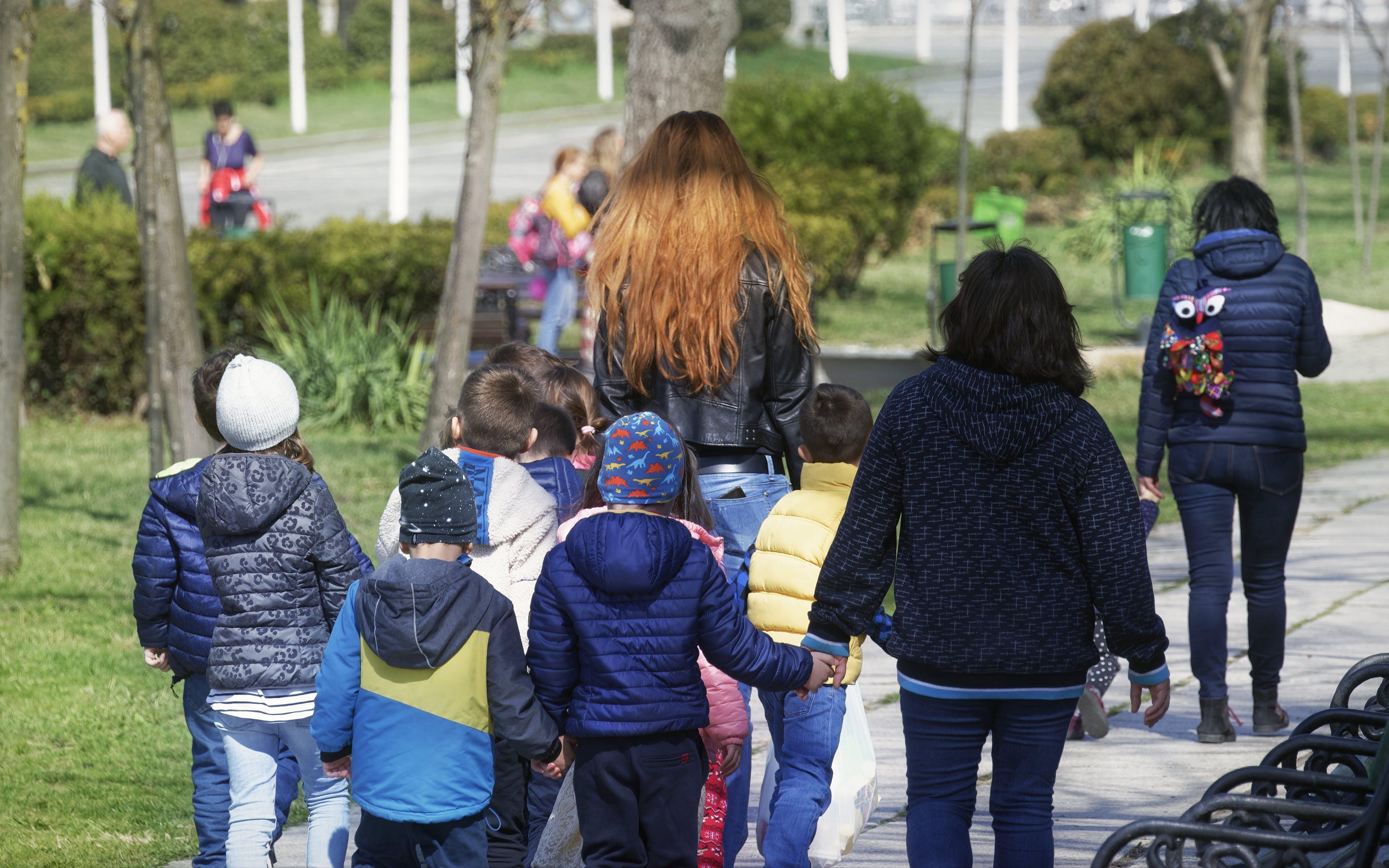 Základová fotografie zdarma na téma chodník, děti, holky, kluci
