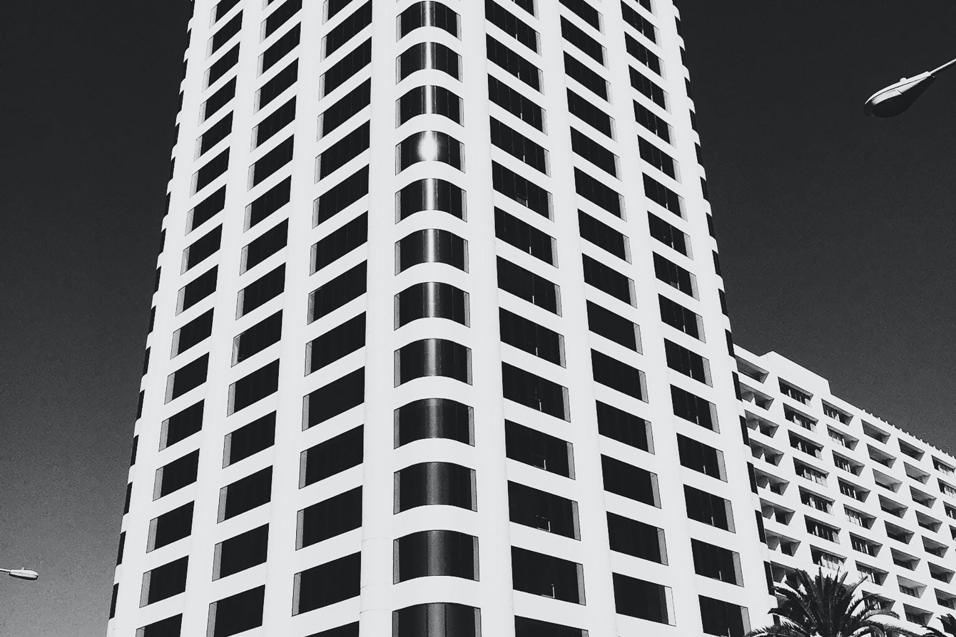 Kostenloses Stock Foto zu schwarz und weiß, stadt, himmel, gebäude