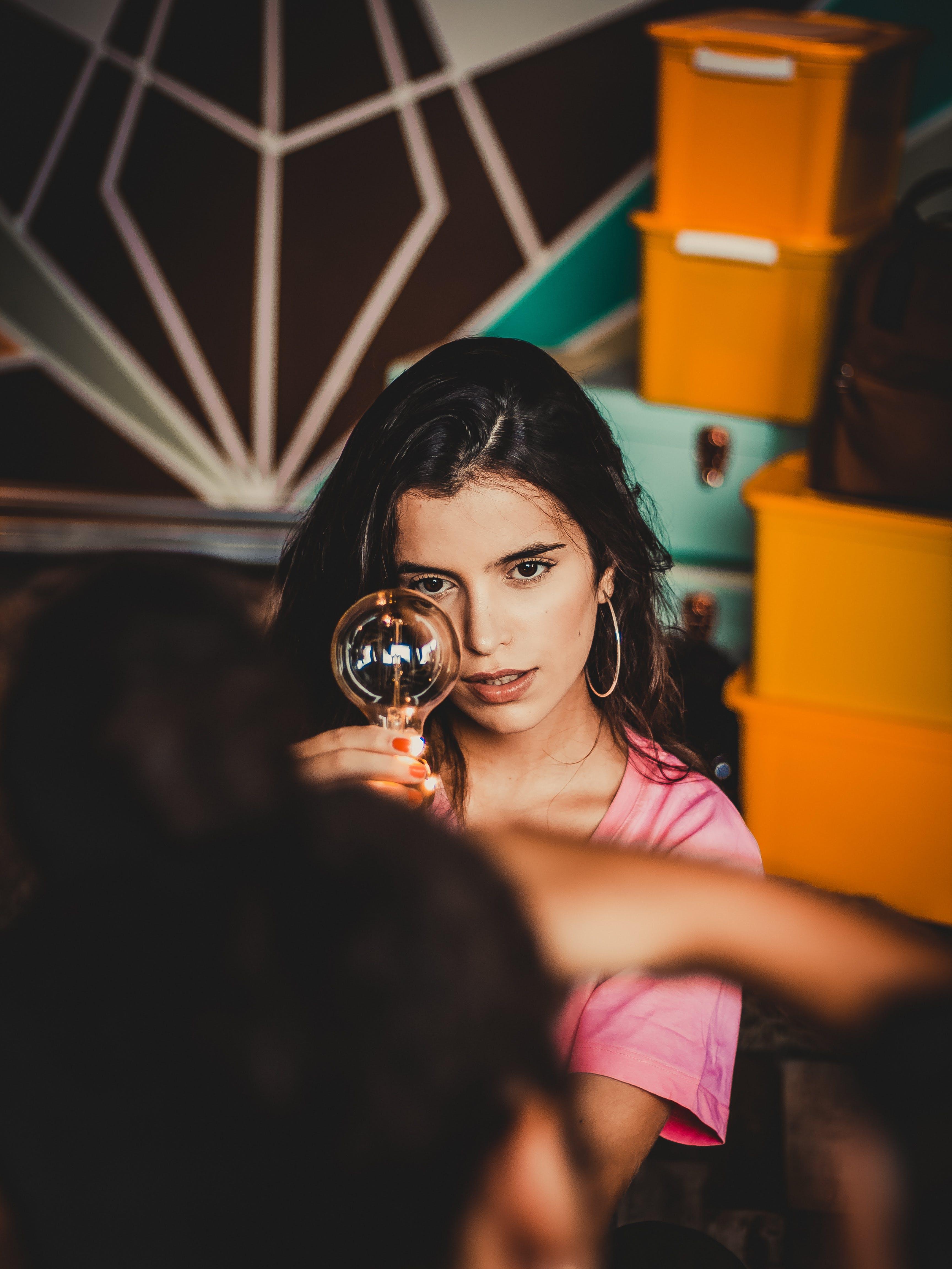 Foto profissional grátis de atraente, bonita, lâmpada, modelo