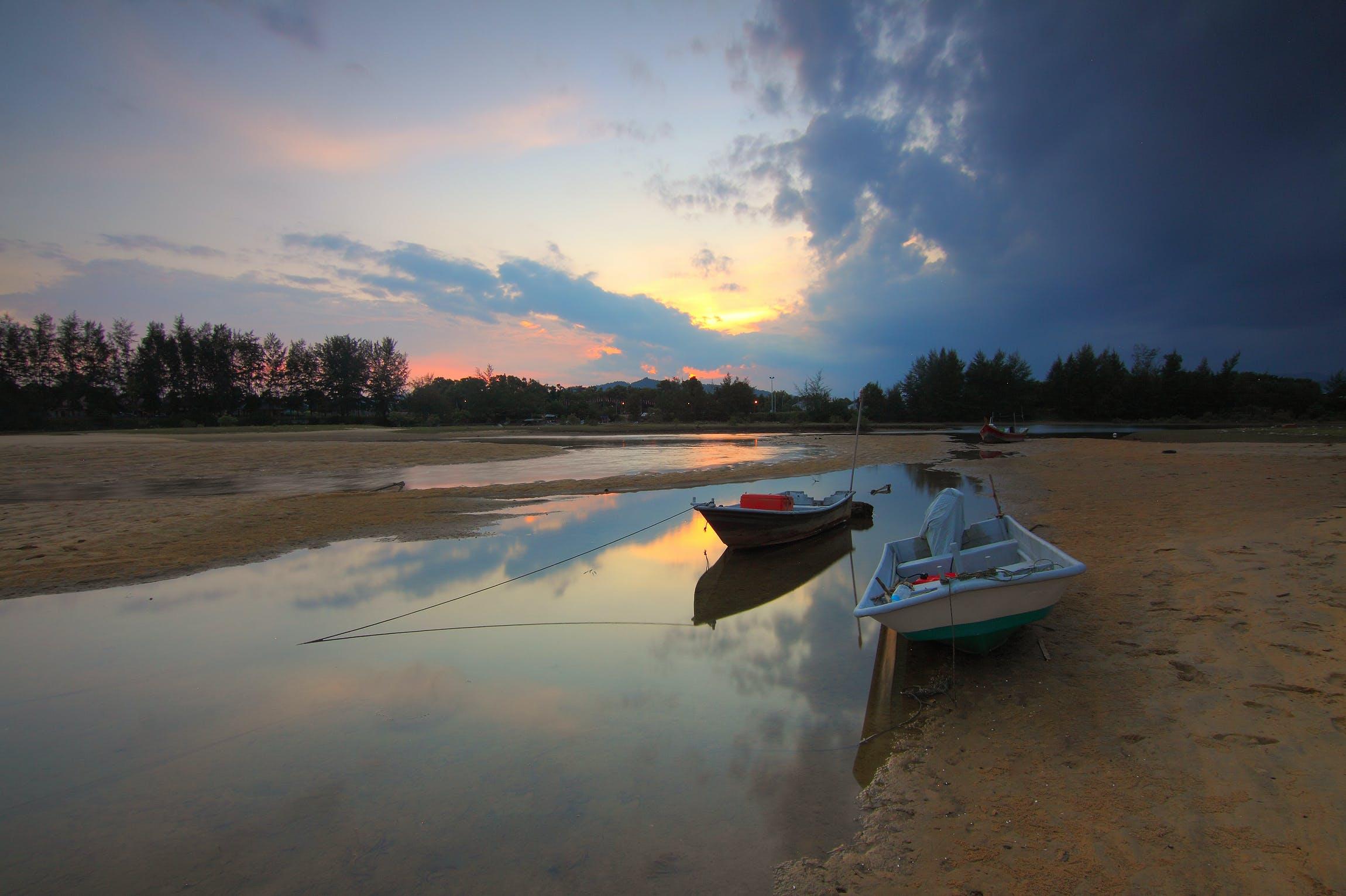 Gratis lagerfoto af både, morgengry, refleksion, sand