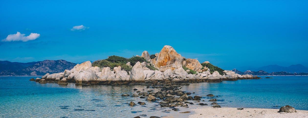 hiekkaranta, kivet, luonto