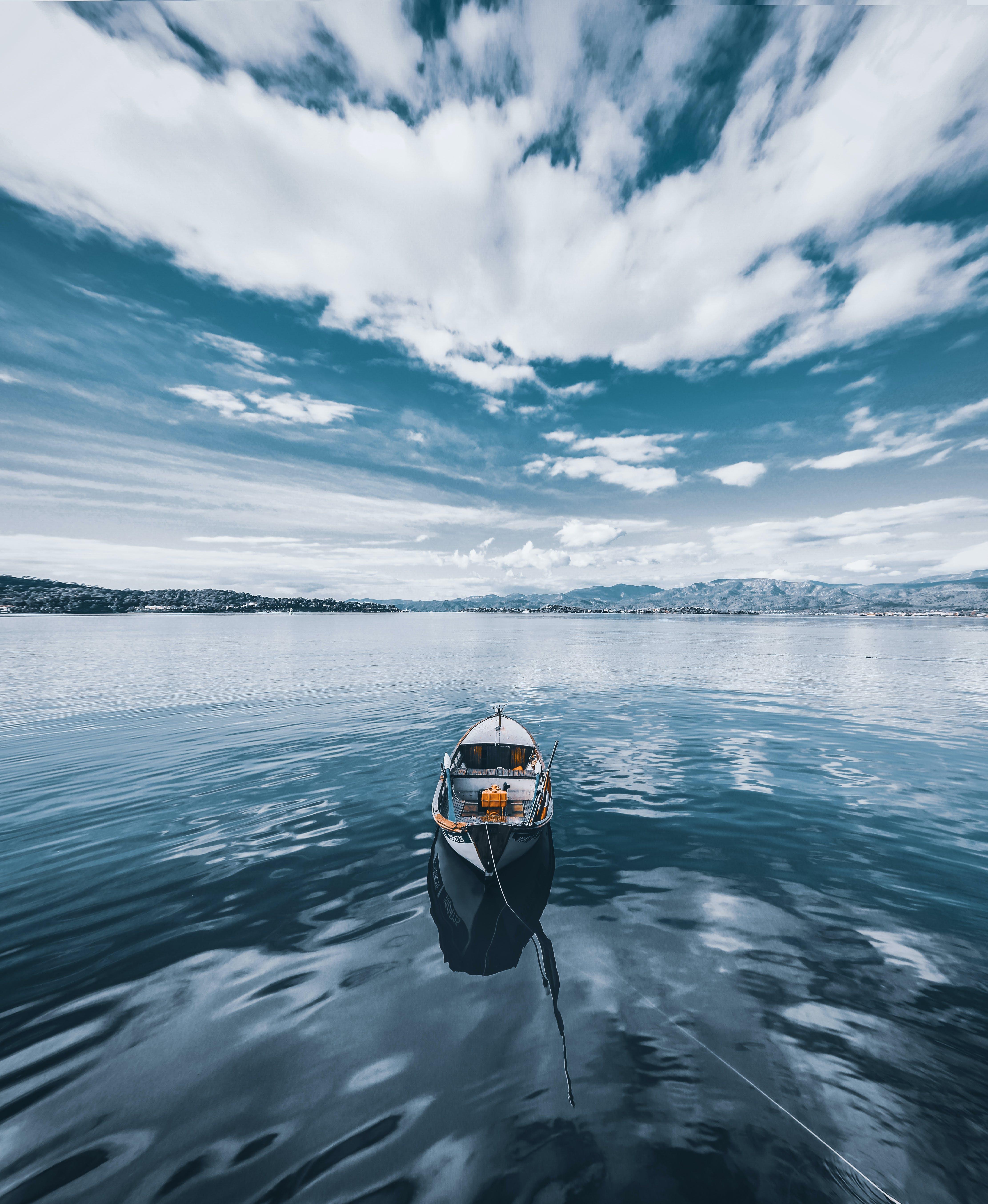 Darmowe zdjęcie z galerii z chmury, jezioro, kajak, kuter rybacki