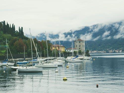 Fotos de stock gratuitas de agua, casas, montaña, nubes