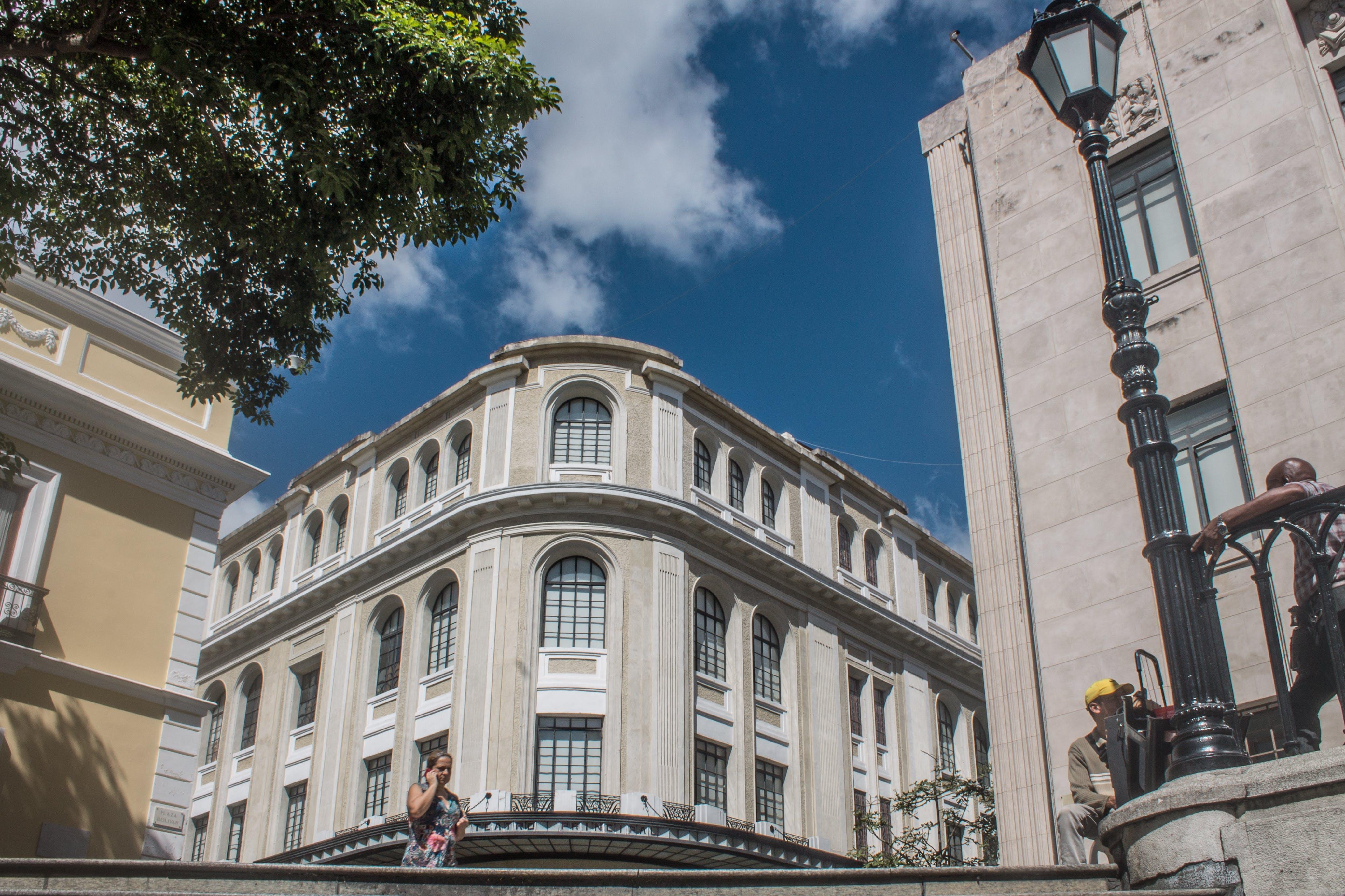Foto profissional grátis de arquitetônico, azul, caracas, centro da cidade