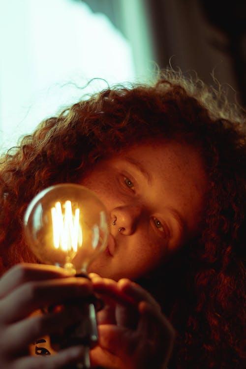 Бесплатное стоковое фото с женщина, кудрявый, лампа, легкий