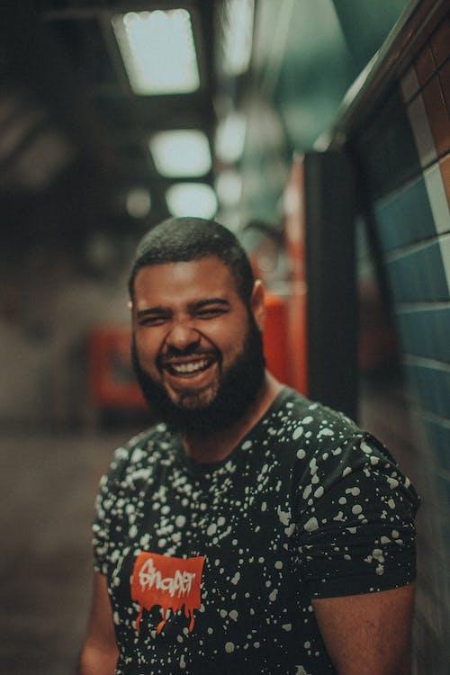 Immagine gratuita di barba, concentrarsi, contento, divertimento