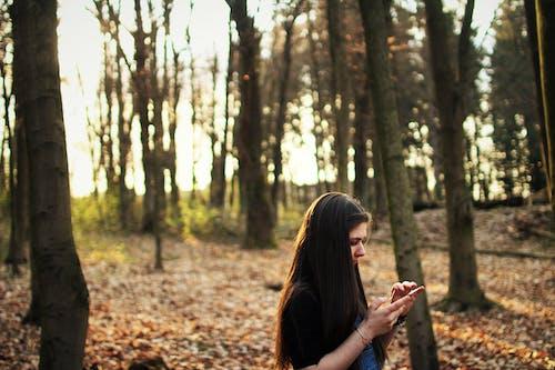 Darmowe zdjęcie z galerii z #dziewczynka, drzewa, europejski, ładna dziewczyna