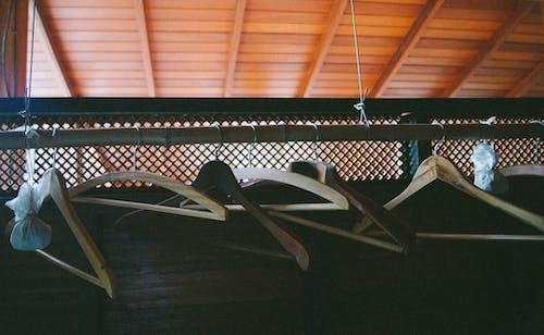 Darmowe zdjęcie z galerii z wieszaki