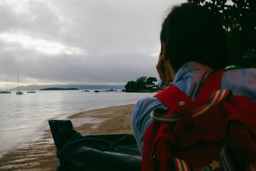 Darmowe zdjęcie z galerii z dziewczyna, morze, natura, niebo