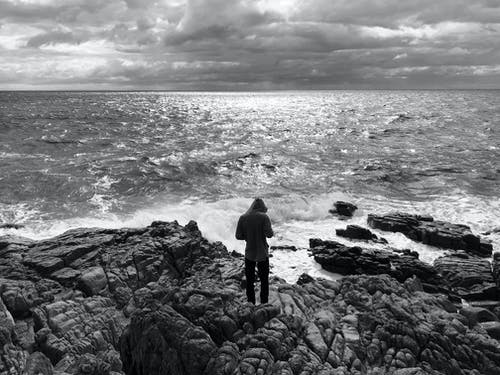 kayalar, Kayalık sahil, kişi, mavi okyanus içeren Ücretsiz stok fotoğraf