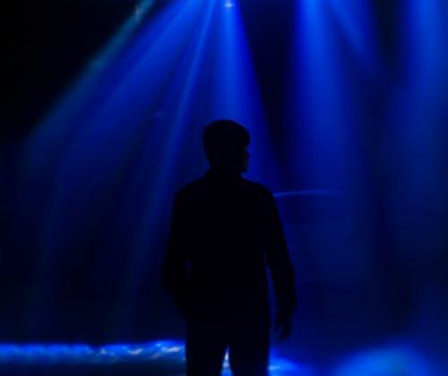 Gratis lagerfoto af blåt lys, disco lys, dramatisk, lys og skygge