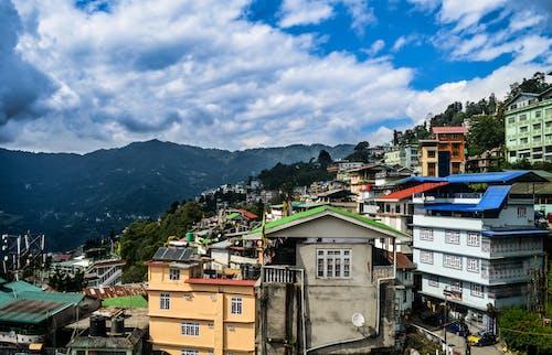 Kostnadsfri bild av berg, dramatisk himmel, färgglada hus, gangtok