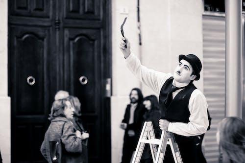Gratis arkivbilde med gatekunstner, mummer, pantomime, svart-hvitt