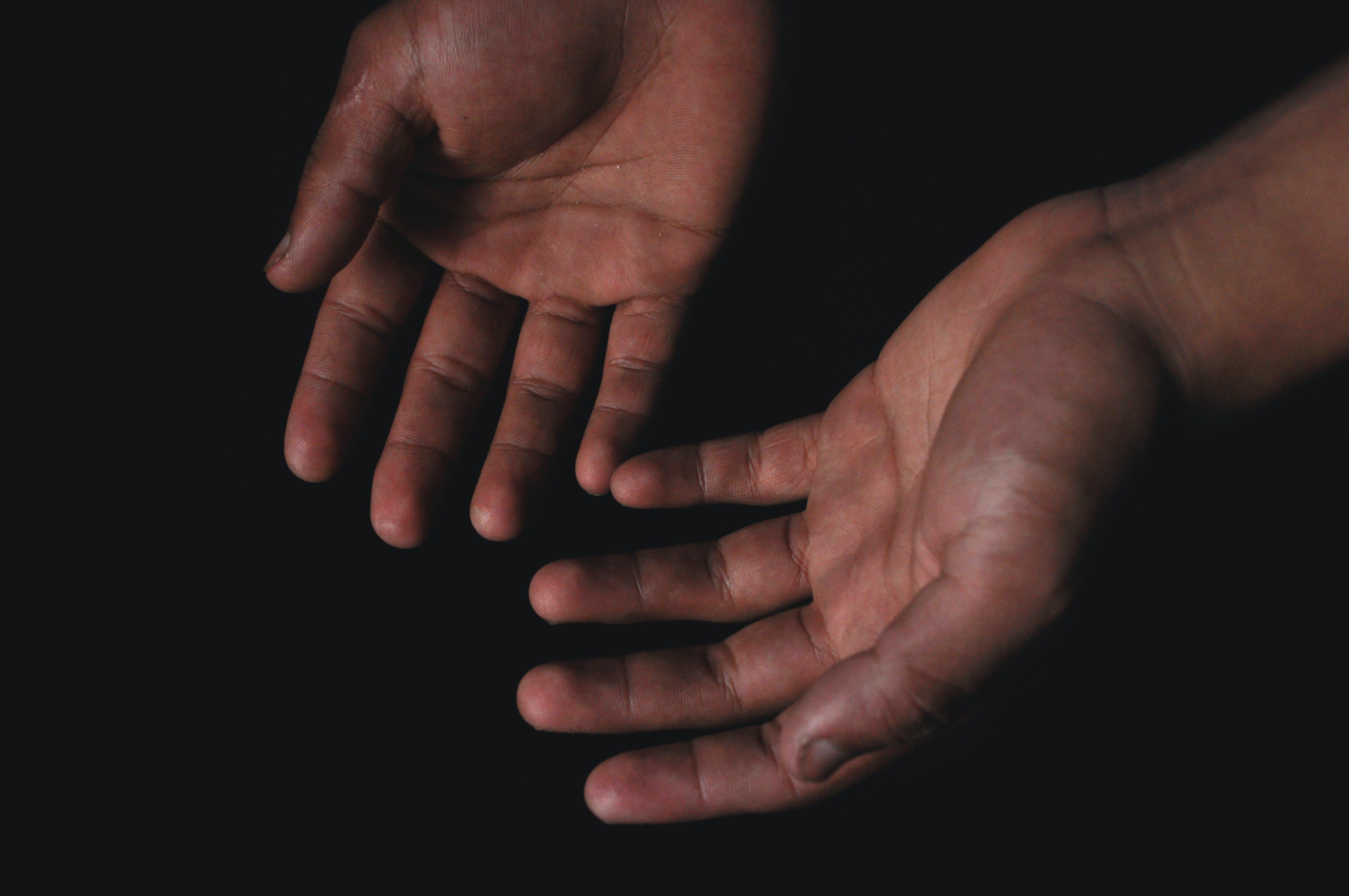 คลังภาพถ่ายฟรี ของ คน, ผิว, ฝ่ามือ (มือ), พื้นหลังสีดำ