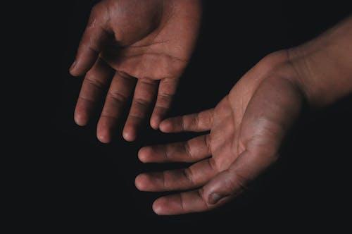 Imagine de stoc gratuită din fundal negru, în interior, închis la culoare, mâini